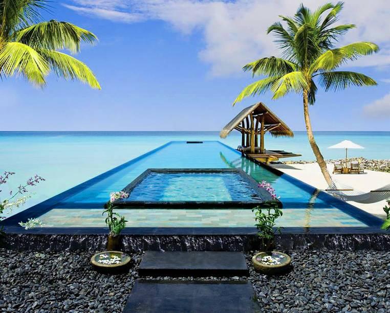"""A natureza exuberante que marca a região é um atrativo e tanto. Por aqui, há tendas e cabanas confortáveis para um descanso – e atraem muitos casais apaixonados. Todos os quartos possuem uma espécie de praia particular <em><a href=""""http://www.booking.com/hotel/mv/one-and-only-reethi-rah.pt-br.html?aid=332455&label=viagemabril-as-piscinas-mais-incriveis-do-mundo"""" target=""""_blank"""">Veja os preços do One & Only Reethi Rah no Booking.com</a></em>"""