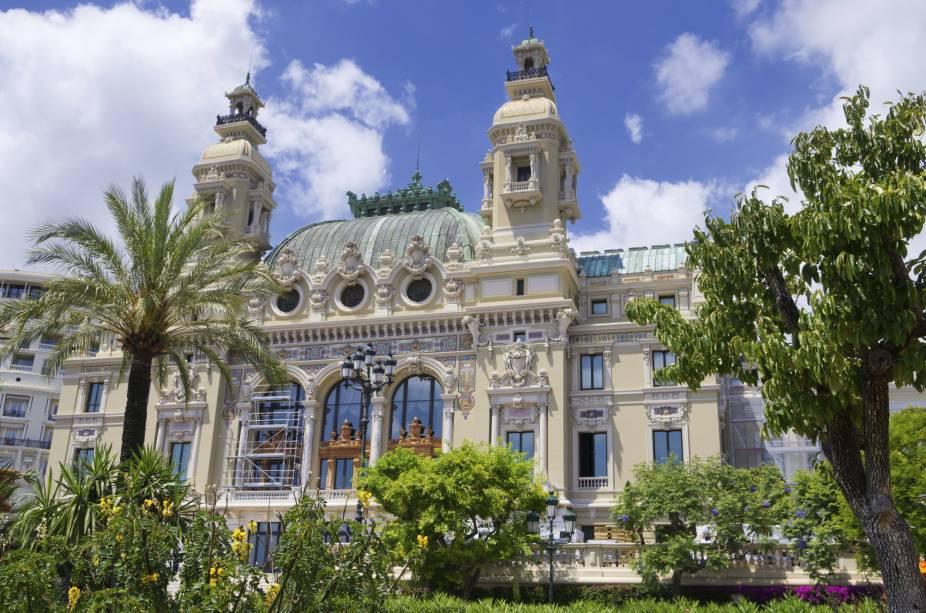 """<strong><a href=""""http://www.opera.mc/"""" target=""""_blank"""" rel=""""noopener"""">Ópera Monte Carlo</a>, <a href=""""http://viajeaqui.abril.com.br/paises/monaco"""" target=""""_blank"""" rel=""""noopener"""">Mônaco</a></strong> Assim como a Ópera de Paris, essa belíssima e elegante edificação foi erguida pelo arquiteto Charles Garnier. Foi inaugurada em 1870, sob a supervisão do Príncipe Carlos III de Mônaco. Localizado em uma região privilegiada, bem próxima à imponência do Mar Mediterrâneo, o teatro surpreende pela riqueza de detalhes em seu interior, repleto de pinturas fascinantes. Restaurado em 2004, o edifício é palco de concertos, recitais e, naturalmente, óperas que fizeram história, como <em>La Wally</em>, de Alfredo Catalani, e <em>Tosca</em>, de Giacomo Puccini"""