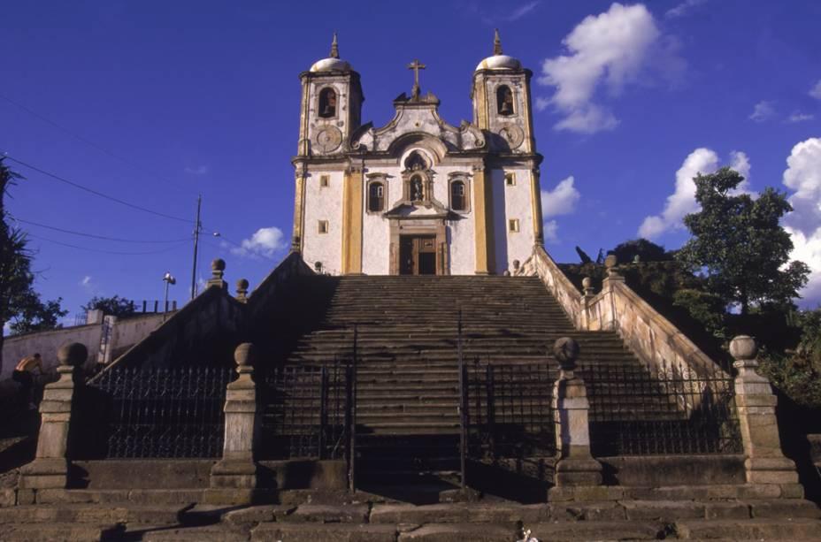 """Fachada da <a href=""""http://viajeaqui.abril.com.br/estabelecimentos/br-mg-ouro-preto-atracao-igreja-santa-efigenia-n-s-do-rosario-do-alto-da-cruz"""" rel=""""Igreja de Santa Efigênia"""" target=""""_blank"""">Igreja de Santa Efigênia</a> ou Igreja de Nossa Senhora do Rosário da Cruz, no bairro do Alto da Cruz do Padre Faria"""