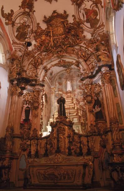 O altar da Igreja de São Francisco de Assis é totalmente coberto de ouro
