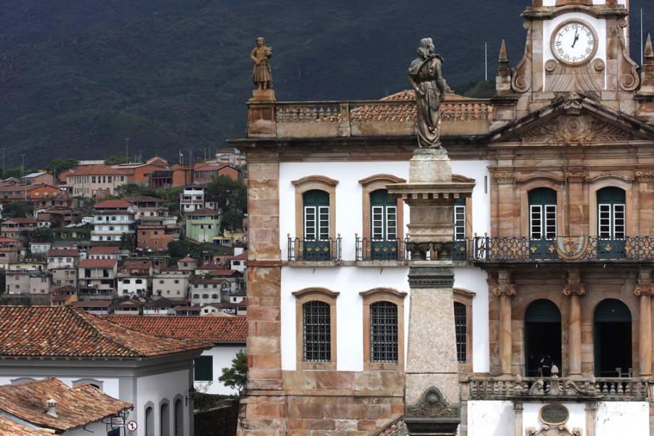 Estátua de Joaquim José da Silva Xavier, o Tiradentes. Ao fundo está o Museu da Inconfidência