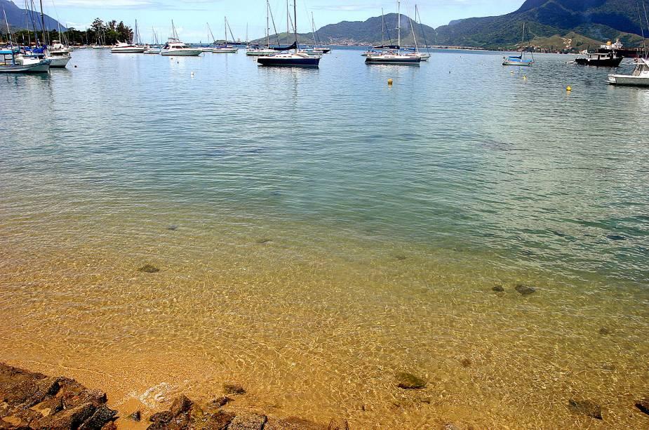 Orla do Saco da Capela - uma das praias mais movimentadas no verão