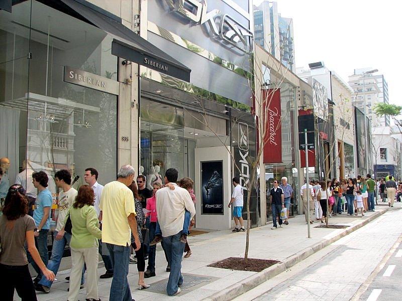 Nesta região, lojas de grifes nacionais e internacionais disputam espaço com lojas-conceitos de marcas de cafés, sorvetes e comidinhas