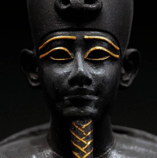 Esta estátua de Osíris faz parte do incrível acervo egípcio do Louvre