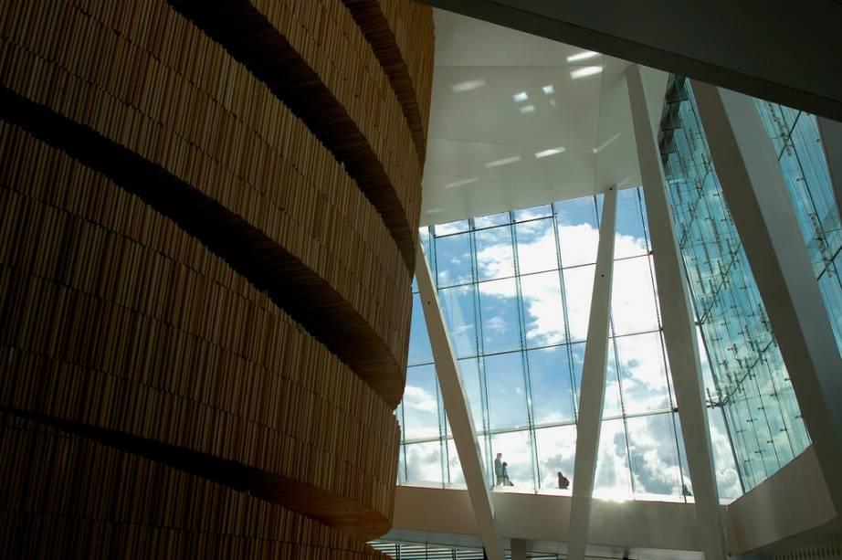 """<strong>Ópera de Oslo, Noruega</strong>            Mármore, madeira de carvalho e vidro. Essa estranha combinação deu forma à singular Ópera de <a href=""""http://viajeaqui.abril.com.br/cidades/noruega-oslo"""" rel=""""Oslo"""">Oslo</a>, projeto do escritório Snohetta"""