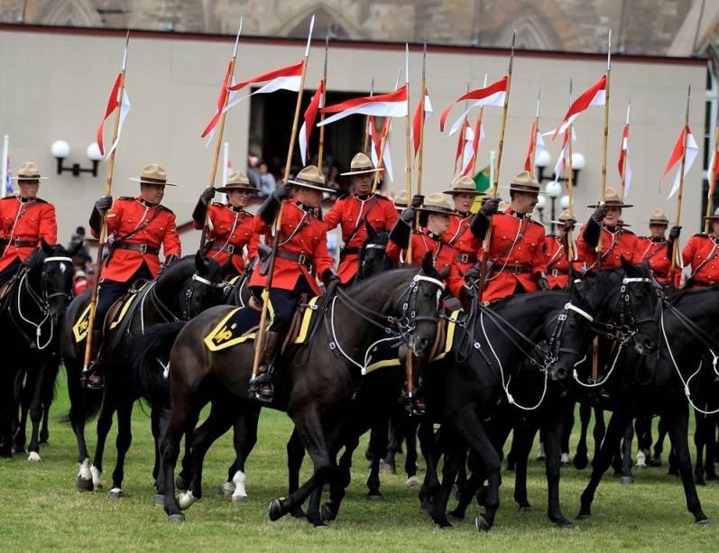 Durante as comemorações do Dia do Canadá, há desfiles da polícia montada, pessoas lotam os parques e há shows de fogos de artifício