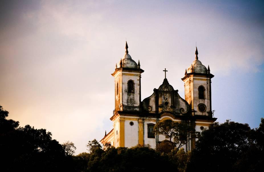 """A <a href=""""http://viajeaqui.abril.com.br/estabelecimentos/br-mg-ouro-preto-atracao-igreja-sao-francisco-de-paula"""" rel=""""Igreja São Francisco de Paula"""" target=""""_blank"""">Igreja São Francisco de Paula</a> não tem fachada ornamentada e nem o interior muito rebuscado, mas como ela fica em cima de um monte e tem uma bela visão panorâmica da cidade de Ouro Preto"""