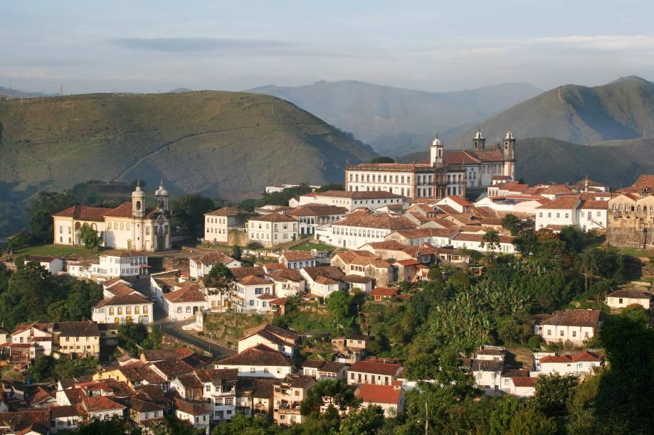 """Ouro Preto é reconhecida pela UNESCO como Patrimônio Cultural da Humanidade e está a 95 km de<a href=""""https://viagemeturismo.abril.com.br/tudo-sobre/belo-horizonte/"""" target=""""_blank"""" rel=""""noopener"""">Belo Horizonte</a>. O município nasceu em 1711, com o nome de Vila Rica. Poucos anos depois, em 1720, foi escolhida como a capital da capitania das Minas Gerais. Durante o ciclo do ouro do Brasil colonial, a cidade era o mais importante centro econômico e político do país"""