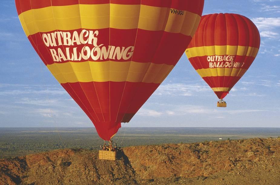 """A costa australiana reserva um grande platô com terras avermelhadas e vegetação seca, e a essência da <a href=""""http://viagemeturismo.abril.com.br/paises/australia-2/"""">Austrália</a> aborígene está lá. Um vôo sobre o <a href=""""http://viagemeturismo.abril.com.br/cidades/outback/"""">Outback</a> pode esclarecer a importância do <a href=""""http://viagemeturismo.abril.com.br/atracao/uluru/"""" target=""""_blank"""">Uluru</a>, o maior monólito do mundo. Com alguma sorte os cangurus aparecem lá embaixo."""
