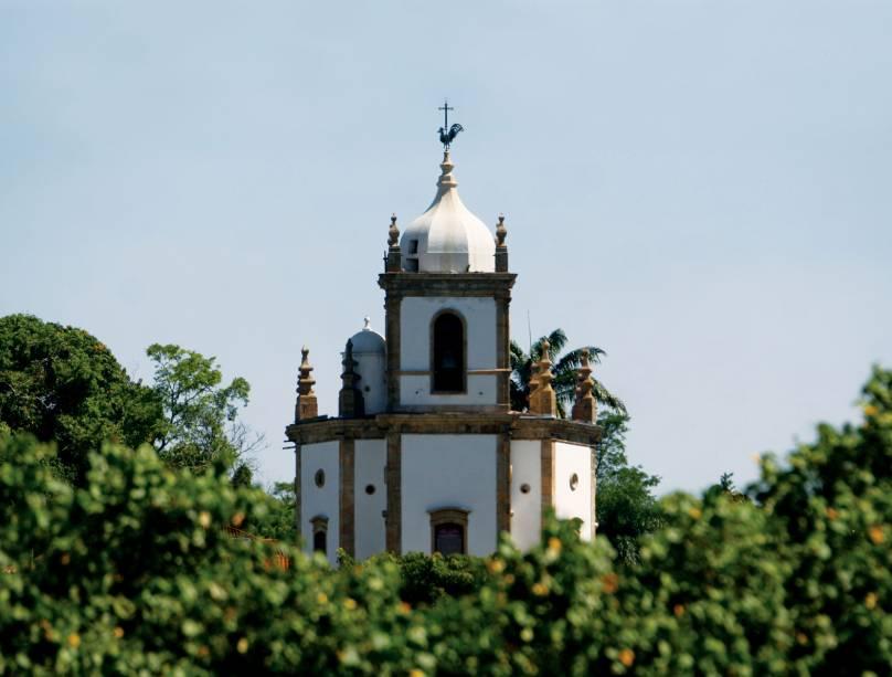 """<a href=""""http://viajeaqui.abril.com.br/estabelecimentos/br-rj-rio-de-janeiro-atracao-igreja-n-s-da-gloria-do-outeiro"""" rel=""""Igreja Nossa Senhora da Glória do Outeiro:"""" target=""""_blank""""><strong>Igreja Nossa Senhora da Glória do Outeiro:</strong></a> com formato octogonal, a igreja preserva azulejos do escultor mineiro Mestre Valentim, o altar original e uma arca do século 18. Em 5 de agosto, o vestido da santa é trocado durante a missa. Praça Nossa Senhora da Glória - Terça a sexta-feira das 09h às 12h e das 13h às 17h/ Sábados e domingos das 09h às 12h."""