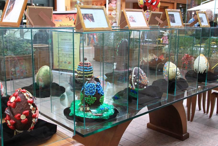 Na Chocofest, em Gramado, personalidades são convidadas a customizar ovos de chocolate, que serão leiloados. A renda é revertida para uma entidade da região