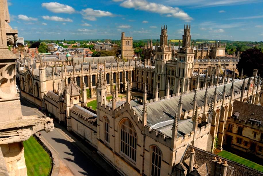 """<strong>Oxford, Inglaterra:</strong> Cidade universitária mais antiga do Reino Unido, Oxford detém, juntamente com a """"rival"""" Cambridge, a estampa de excelência e pedigree acadêmicos tão apreciados pelos britânicos. Edifícios históricos como o <strong>Christ Church</strong>, a <strong>Biblioteca Bodleian</strong> e o <strong>Museu Ashmolean</strong> são algumas das atrações locais. O melhor mesmo, no entanto, é pegar uma bicicleta e se perder pelas ruas estreitas da cidade. <strong>Distância de Londres: 100 quilômetros</strong>"""
