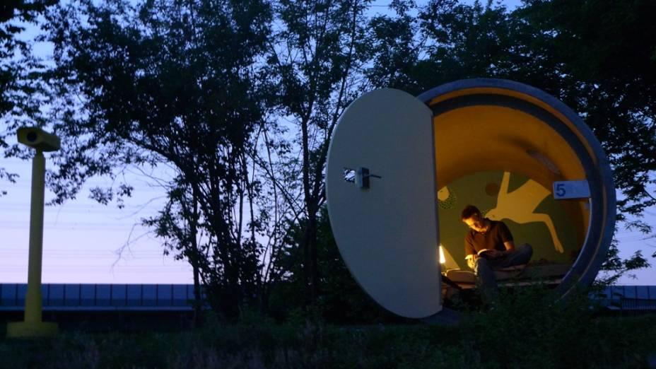 """Os """"quartos"""" do Das Park Hotel são construídos dentro de tubulações de esgoto, contando com cama, iluminação e espaço para acomodar a bagagem. Não espere ter cosméticos, wi-fi ou TV, pois a ideia aqui é ter uma acomodação prática, barata e confortável"""