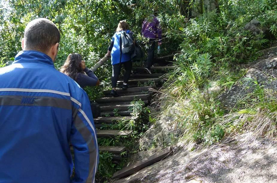 Em alguns trechos da trilha, escadas de madeira com corrimão ajudam os menos preparados fisicamente