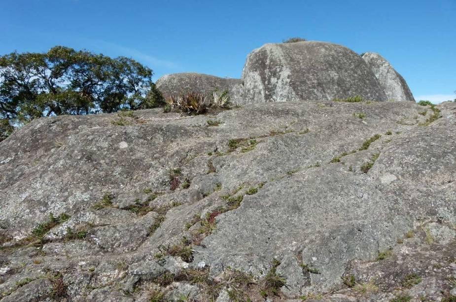 A chegada à Pedra Redonda - o ponto mais alto da subida - revela uma formação rochosa fácil de ser escalada
