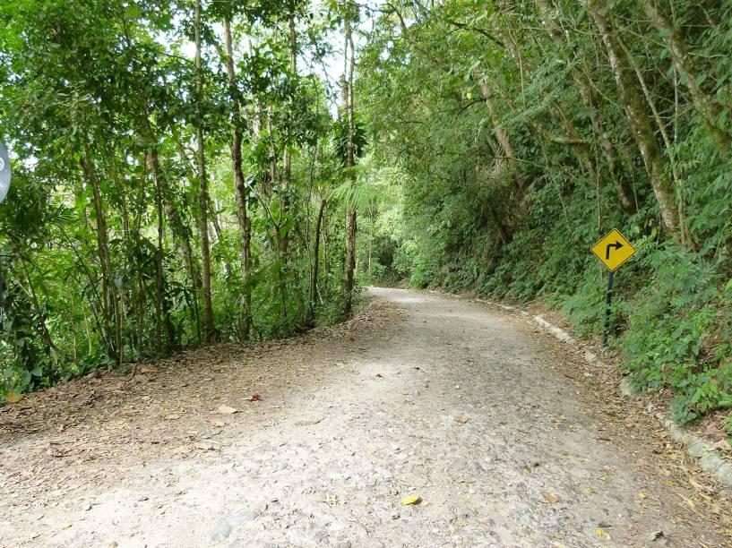 Há trechos da estrada que não receberam pavimentação e podem ficar enlameados se chover