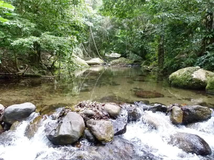 Um dos riachos que cruzam a estrada da trilha para a <strong>praia Castelhanos</strong>; apesar da pequena barragem de pedras, é impossível passar por ele em um carro de passeio