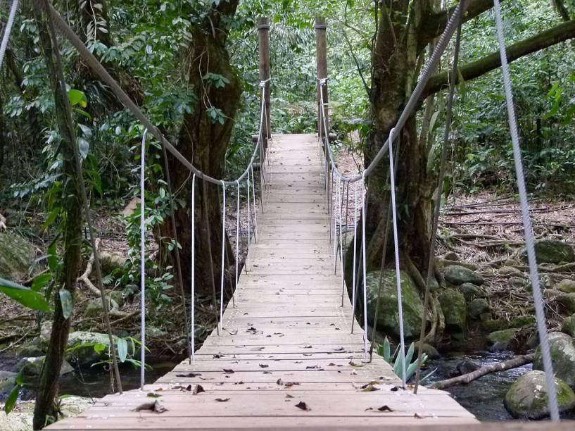 A trilha é bem sinalizada e possui até uma ponte suspensa