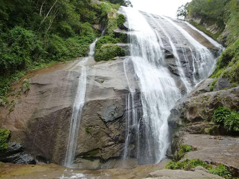 A vista da Cachoeira do Gato, no fim da trilha, e os seus 70 metros de paredão rochoso