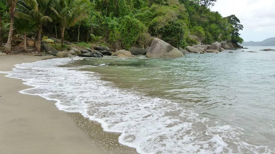 A Praia de Castelhanos, num dia de calmaria - o local, considerado um dos mais belos da cidade, é ideal para a prática de surfe