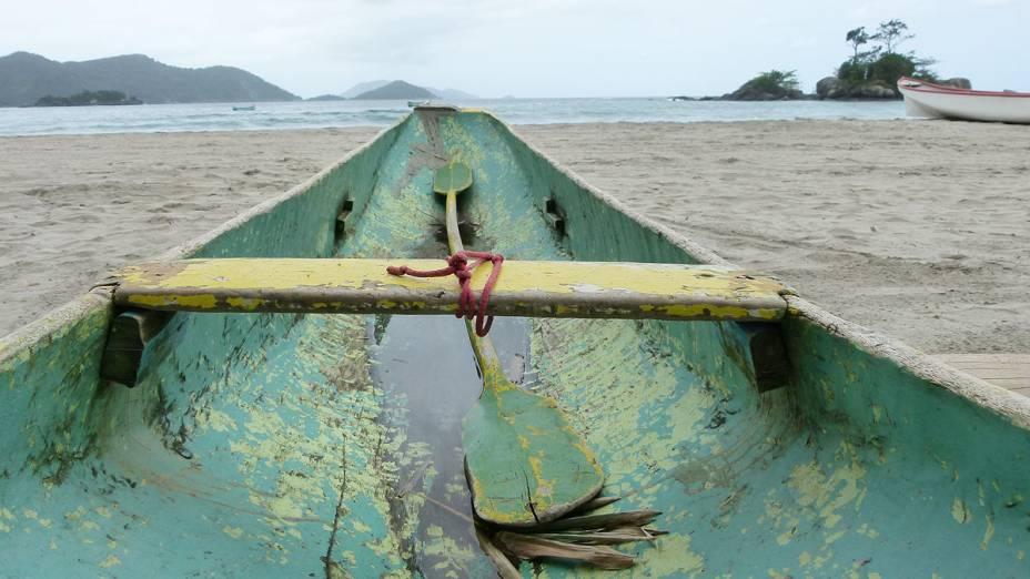 Barco de caiçara desponta em direção ao mar, na Praia de Castelhanos