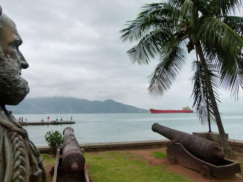 Uma das atrações da Vila são os antigos canhões, observados pelo busto do Marquês de Tamandaré, patrono da Marinha Brasileira