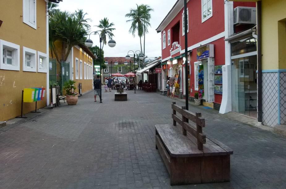 A Rua do Meio, que concentra lojinhas, bares e cafés na Vila de Ilhabela