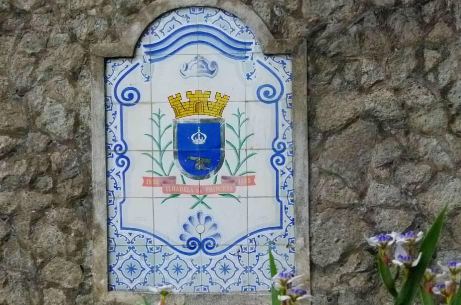 Brasão da cidade, incrustado em um monumento, no centro de Ilhabela