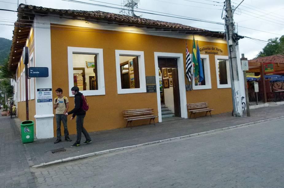 Galeria de Arte Municipal de Ilhabela, no início da charmosa Rua do Meio, própria para pedestres