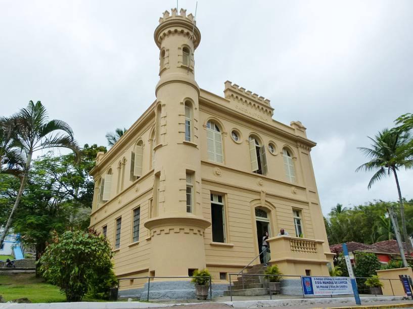 O prédio da antiga cadeia hoje abriga a sede do Parque Estadual de Ilhabela e fica ao lado da Igreja Matriz