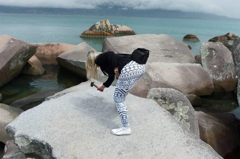 Ao chegar à Praia do Sino, peça uma marreta emprestada aos funcionários do quiosque ao lado para bater nas rochas e ouvir o barulho oco semelhante a sinos