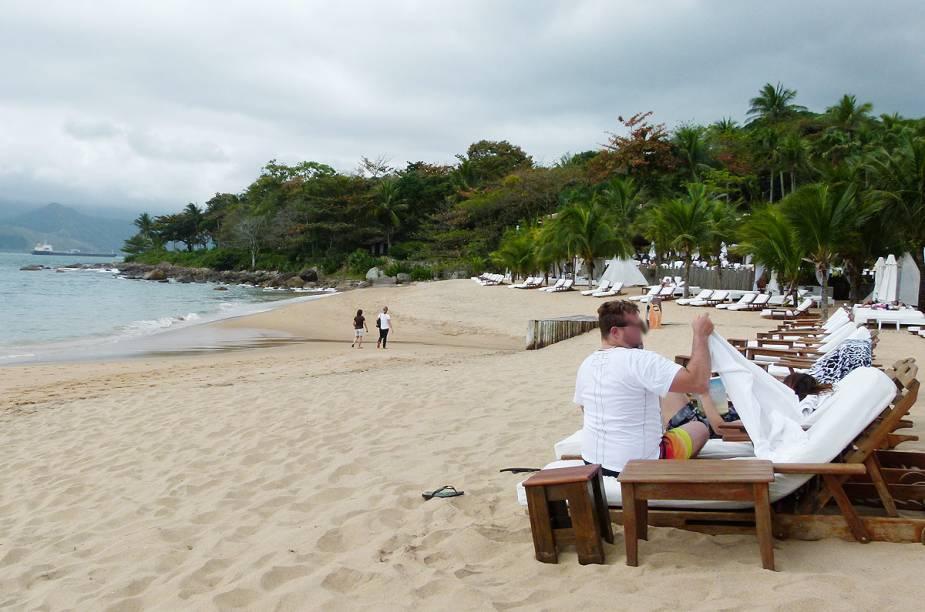 No canto direito da Praia do Curral, está um dos lugares mais badalados e disputados sob o sol de Ilhabela: as cadeiras e o serviço pé na areia do hotel DPNY