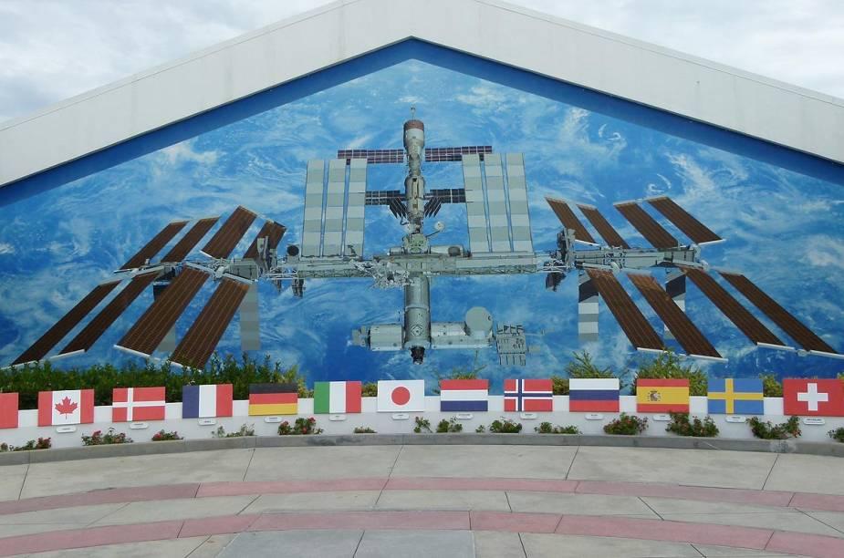 Foto da Estação Espacial Internacional decora as paredes de um dos prédios do Kennedy Space Center