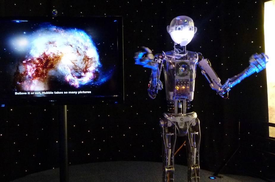 Na saída do filme Hubble, um robô explica como o telescópio Hubble conseguiu fotografar o espaço a partir da órbita do planeta Terra