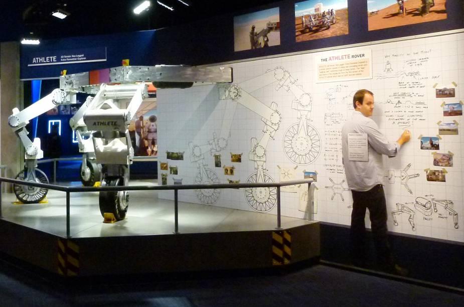 """Painéis com informações sobre veículos desenhados para transitar em outros planetas estão distribuídos na área """"Journey To Mars: Explorers Wanted"""""""