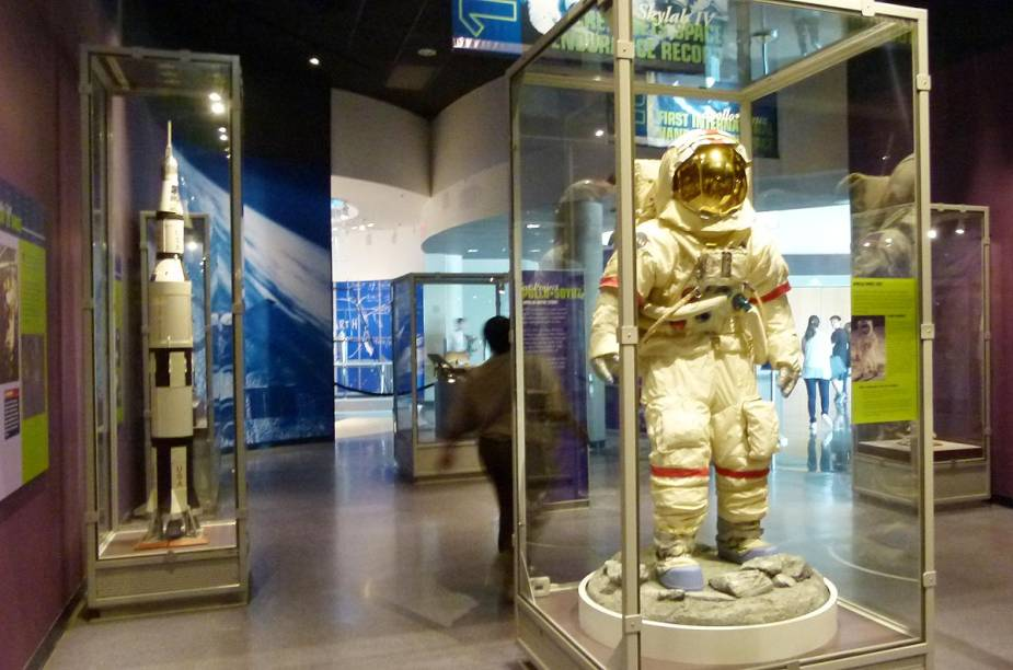 Roupas usadas por astronautas em missões espaciais e objetos que viajaram para o espaço ganham posições de destaque no prédio Astronaut Encounter - onde é possível almoçar com um astronauta (é preciso reservar e pagar à parte)