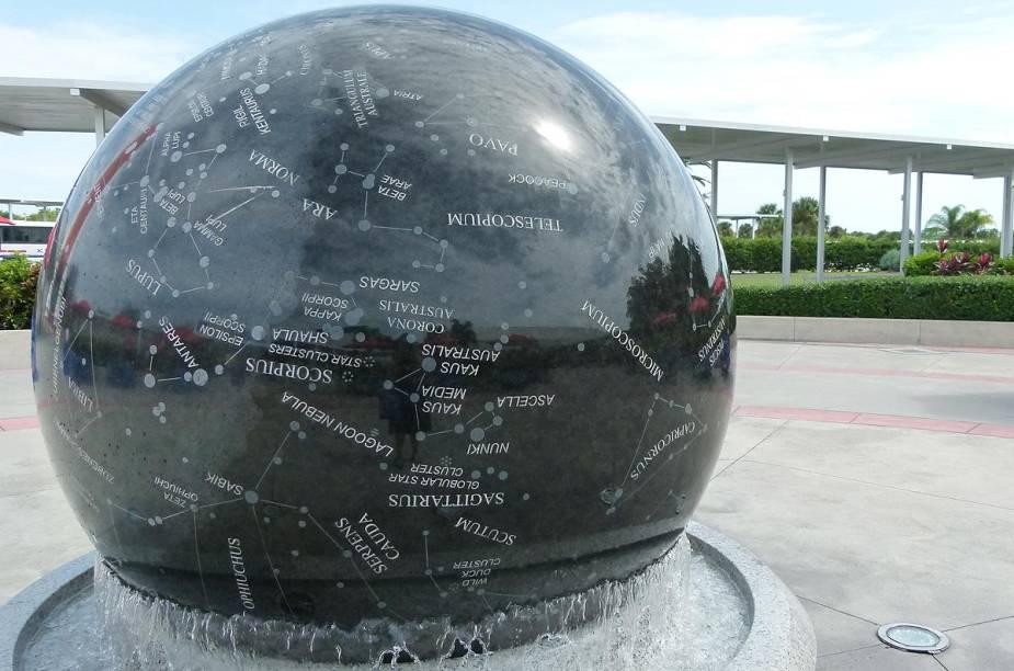 Na Constellation Sphere Plaza, uma esfera de granito de nove toneladas reproduz a abóbada celeste e gira livremente sobre uma fonte de água