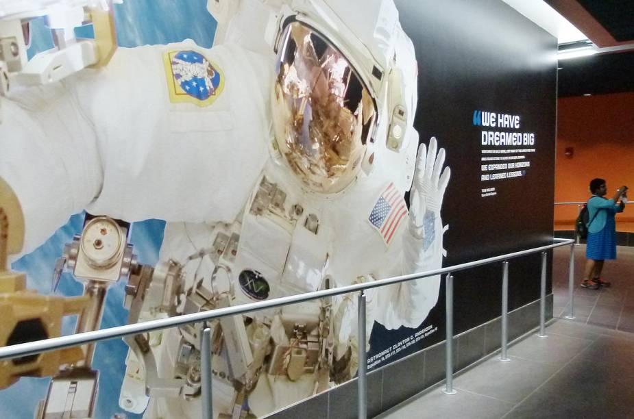 A entrada para o Space Shuttle Atlantis é decorada com painéis cheios de frases de efeito e fotos incríveis