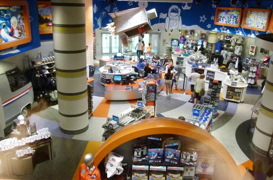 De comidas a roupas, a lojinha do complexo do ônibus espacial Atlantis é repleta de itens usados por astronautas no espaço