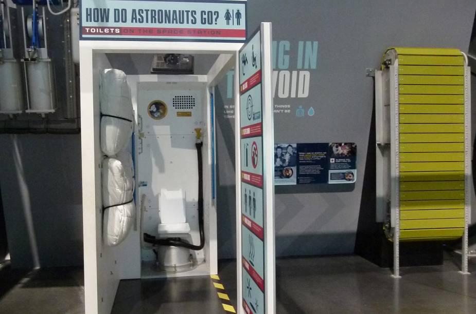 """Quem se interessa pela vida espacial é curioso para entender como o astronauta vai ao banheiro no espaço. Pois bem: no Kennedy Center, há uma área destinada a informar sobre o assunto. Dentro do vaso sanitário, há uma câmera que filma a saída dos dejetos. E o astronauta pode checar se está """"acertando o alvo"""" observando o vídeo da tela defronte à ele"""