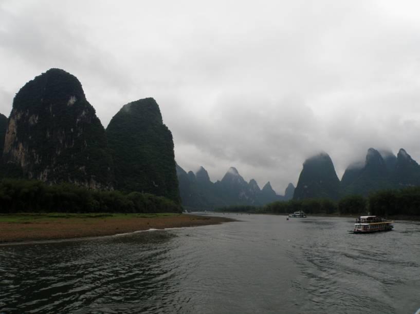 O clássico passeio pelo rio Lijiang, entre as cidades de Guilin e Yangshuo, ambas na província de Guangxi, é um dos pontos altos de um passeio pelo sul da China. No entanto, não fique preso aos barcos e aventure-se entre as montanhas sobre uma bicicleta ou mesmo a pé