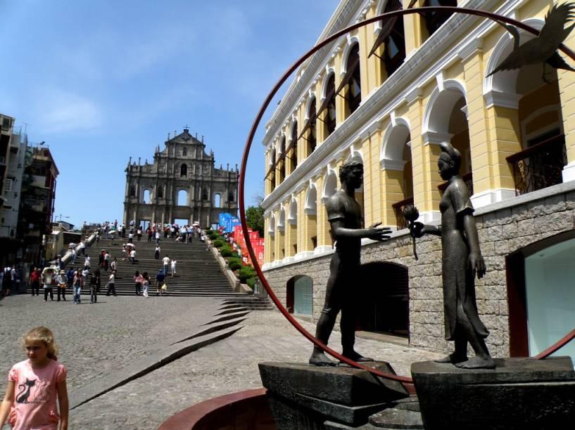Por quase cinco séculos Macau viveu sob domínio português, legando à cidade uma arquitetura única como a retratada aqui, junto às ruínas de São Paulo, com sua imponente fachada barroca
