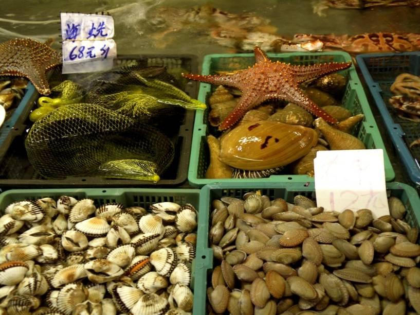 """<strong>Yangshuo, China</strong> Qualquer mercado chinês é um teste para os estômagos ocidentais – e de alguns orientais, também. A visão de carcaças de pato junto a engradados com estrelas do mar ou o cheiro de pena queimada das galinhas misturado ao de mariscos são uma prova e tanto. Se misturarmos tudo isso ao aroma de pimentas em pó, aniz estrelado, canela e peixes do rio, seus olhos sairão de órbita e seus pulmões pedirão um pouco de ar fresco. É divertido, obrigatório até, mas vá sem comer nada antes. Dentro das rotas turísticas, o de Yangshuo, à sombra das fantásticas montanhas do rio Lijiang e próxima a <a href=""""http://viajeaqui.abril.com.br/cidades/china-guilin"""" target=""""_blank"""" title=""""Guilin"""" rel=""""noopener""""><strong>Guilin</strong></a>, é um bem autêntico"""