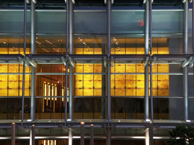 Hong Kong, uma área de regime administrativo especial dentro do território chinês, é um dos mercados financeiros mais ativos e dinâmicos do planeta, com centenas de bancos, corretoras e multinacionais instalados em modernos prédios. O ar cosmopolita dado por executivos vindos do mundo todo traz à cidade uma atmosfera única