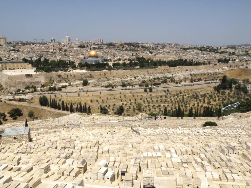 Vista geral da Cidade Velha de Jerusalém, a partir do Monte das Oliveiras. Em destaque, o Domo da Rocha, erguido sobre as ruínas do Segundo Templo de Herodes. Em primeiro plano, o extenso cemitério judeu