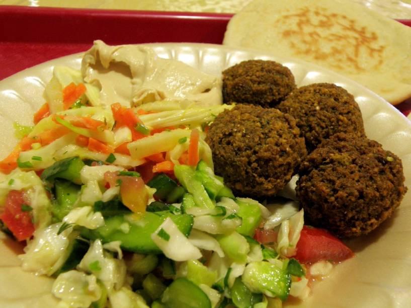 Os pratos israelenses, nutritivos e saborosos, se assemelham muito ao da gastronomia árabe. Na foto, falafel, saladas e homus.