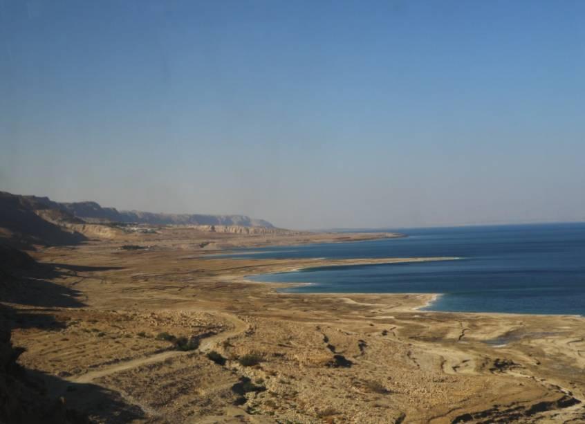Vista do Mar Morto, do lado israelense. Esse lago é tão salgado e sua água tão densa que os banhistas não conseguem afundar