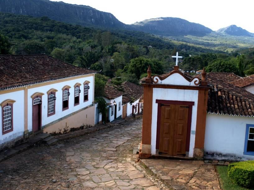 Ao longo das encantadoras ruas de pedra de Tiradentes encontram-se pequenas capelas que simbolizam os passos da Paixão de Cristo. Ao fundo, a serra de São José