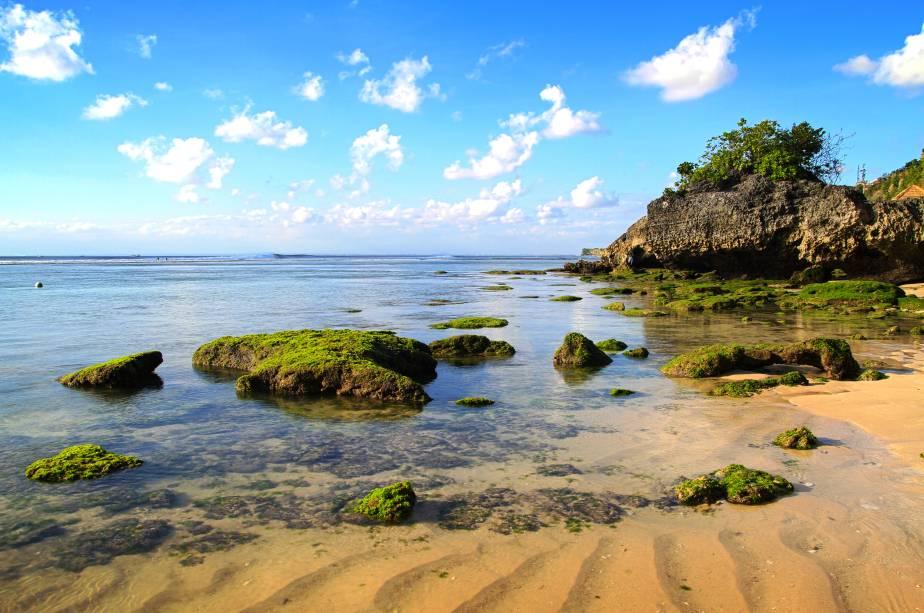 """<strong>Padang Padang Beach, <a href=""""http://viajeaqui.abril.com.br/paises/indonesia"""" rel=""""Indonésia"""" target=""""_self"""">Indonésia</a></strong>O encanto em torno dessa linda praia adquiriu ares cinematográficos: foi aqui que foram rodadas cenas do filme """"Comer, Rezar, Amar"""", com Julia Roberts. Rochedos e águas cristalinas são um conjunto de qualidades que encantam os visitantes<a href=""""http://viajeaqui.abril.com.br/materias/feliz-dia-internacional-da-mulher-veja-10-dicas-de-filmes-que-inspiram-garotas-a-viajar"""" rel=""""+ 11 filmes que inspiram garotas a viajar"""" target=""""_blank""""><strong>+ 11 filmes que inspiram garotas a viajar</strong></a><em><a href=""""http://www.booking.com/city/id/padang.pt-br.html?aid=332455&label=viagemabril-praias-da-malasia-tailandia-indonesia-e-filipinas"""" rel=""""Veja preços de hotéis em Padang no Booking.com"""" target=""""_blank"""">Veja preços de hotéis em Padang no Booking.com</a></em>"""