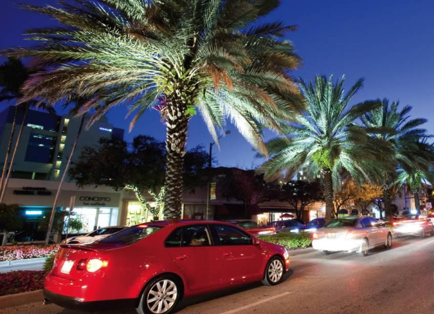 """<strong>Miami – 4 noites – US$ 998</strong><br />            <br />            Para quem quer aproveitar os preços tentadores dos outlets de <a href=""""http://viajeaqui.abril.com.br/cidades/estados-unidos-miami"""" rel=""""Miami"""">Miami</a>, a ADV Tour tem pacote com saídas de <a href=""""http://viajeaqui.abril.com.br/cidades/br-sp-sao-paulo"""" rel=""""São Paulo"""">São Paulo</a> e do <a href=""""http://viajeaqui.abril.com.br/cidades/br-rj-rio-de-janeiro"""" rel=""""Rio de Janeiro"""">Rio de Janeiro</a>, que inclui passagem aérea, quatro noites de hospedagem no Indigo Miami Dadeland (sem refeições), auxílio ao passageiro no embarque em São Paulo.<br />            <br />            <strong>Quando:</strong> saídas de São Paulo e do Rio de Janeiro, de 1 de maio a 10 de junho<br />            <strong>Pagamento:</strong> entrada de 25% + taxas e saldo em 9 vezes sem juros nos cartões de crédito Visa, MasterCard, Diners e American Express<br />            <strong>Quem leva:</strong> a <strong>ADV Tour</strong> (11/2167-0633, 0800 724 0411, <a href=""""http://www.advtour.com.br/"""" target=""""_blank"""">www.advtour.com.br</a>)"""